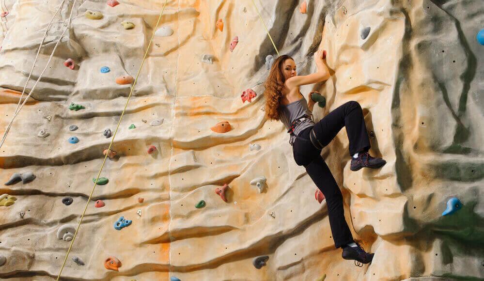 Women learn how to bouldering indoor.